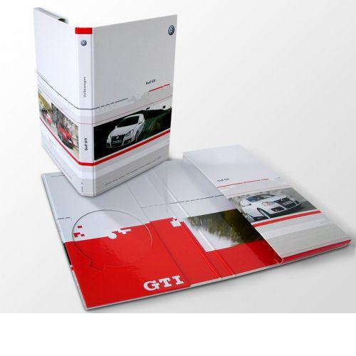 Ordnerbox mit Ausstanzung Froschtasche und CD-Halterung, halb geschlossen