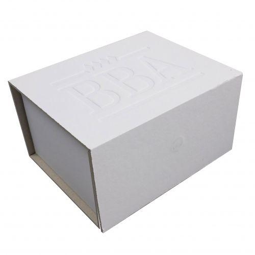 Klappschachtel aus einseitig weißer Pappe mit Prägung